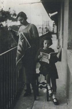 Luce Balla che ricama sul balcone di via Paisiello con la sorella Elica che legge