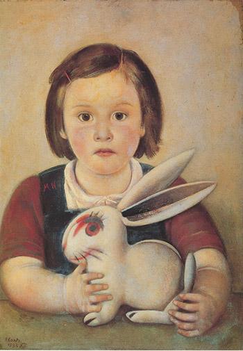 Bambina con coniglio di gomma